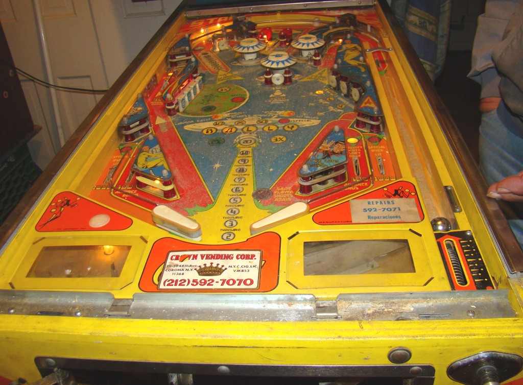 1978 star trek pinball machine with artist signature on bottom right of backing (5)